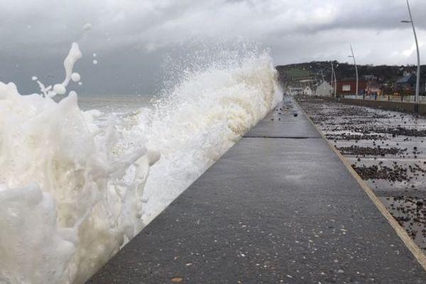 A Pourville, comme ailleurs sur le littoral normand, lors des passages de tempête, les galets sont projetés sur la digue, il est recommandé de ne pas s'y promener.