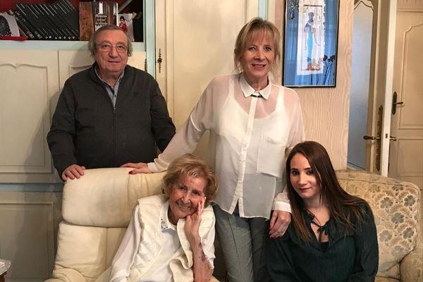 Julie Ravouna-Hasson entourée de ses enfants Patrick et Joëlle ; et de l'une de ses petites-filles - Archives 24 janvier 2020.