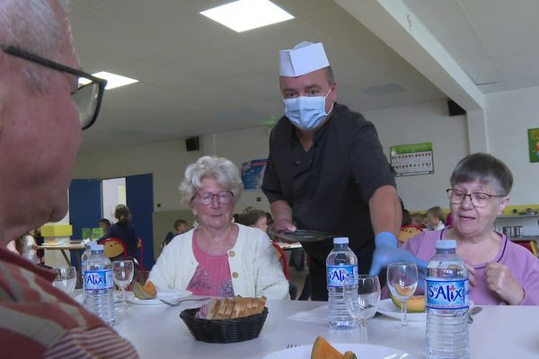 Tous les midis de la semaine, depuis cette rentrée scolaire, les personnes âgées de Saint-Quay-Perros peuvent venir manger à la cantine de l'école Albert-Jacquard