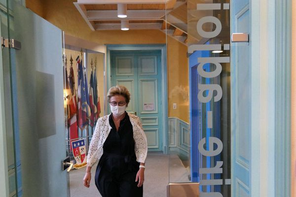 Au bout du suspense et à la faveur de 126 voix d'avance, Marie-Claude Jarrot conserve son fauteuil à la mairie de Montceau-les-Mines.