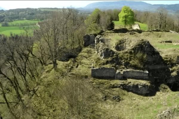 Bâti sur un éperon rocheux, le château domine sur trois côtés la plaine de Bassieu.