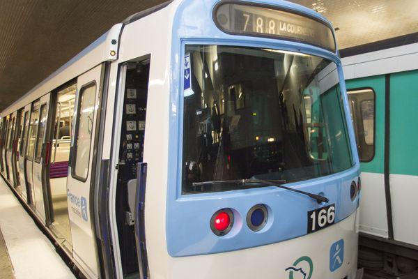 Les nouveaux métros ont été mis en service d'abord sur la ligne 7.