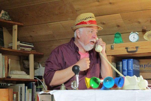 """Vieux Néon de la troupe des """"Arts Paisibles"""" propose de courts spectacles téléphoniques pendant la durée du confinement."""