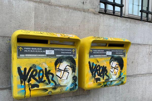Lundi 11 février 2019. Des croix gammées ont été taguées sur le visage de Simone Veil peint sur deux boîtes aux lettres de la mairie du 13e à Paris.