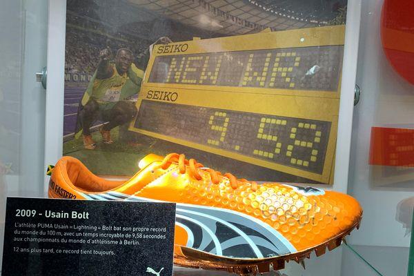 Un mini-musée de la chaussure de sport présente quelques pièces de marque, comme ici, celle d'Usain Bolt, recordman du monde pour le 100 mètres.