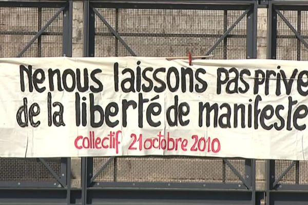 Le Collectif du 21 octobre 2010 réclamant la mise en examen de l'ancien préfet du Rhône J.Gérault et l'ancien DDSP A.Doutre après une opération de maintien de l'ordre d'envergure place Bellecour, en marge d'une manifestation contre la réforme des retraites (images archives octobre 2018)