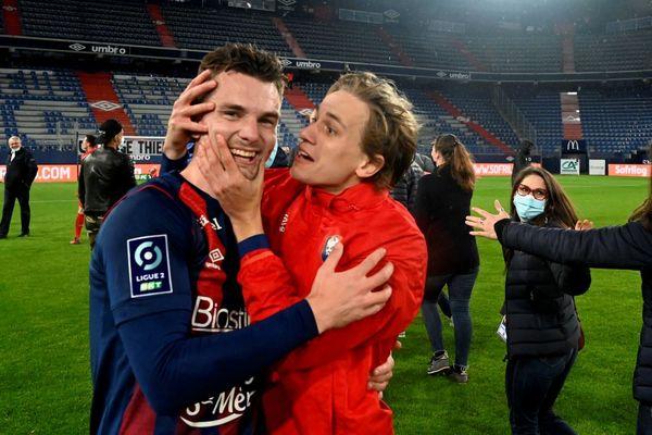 Benjamin Jeannot, embrassé par ses co-équipiers, ici le jeune normand Loup Hervieu : la délivrance pour le Stade Malherbe Caen qui se sauve à la 92ème