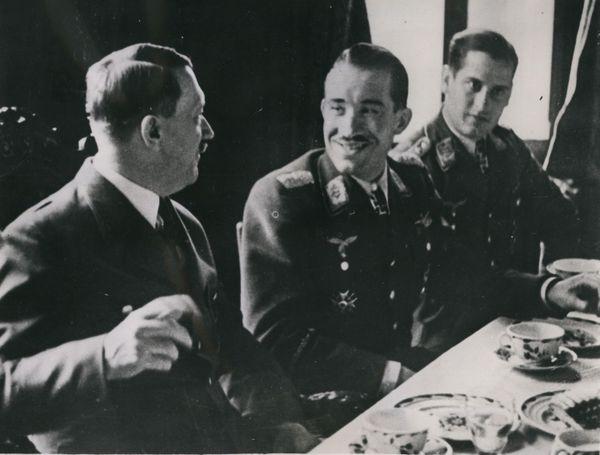 Adolf Galland aux côtés d'Hitler en mars 1941.