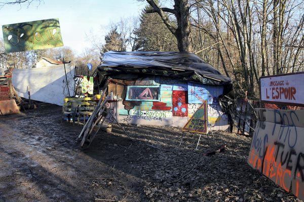 """Le campement installé par les """"zadistes"""" qui s'opposent au projet de Center Parcs de Roybon."""