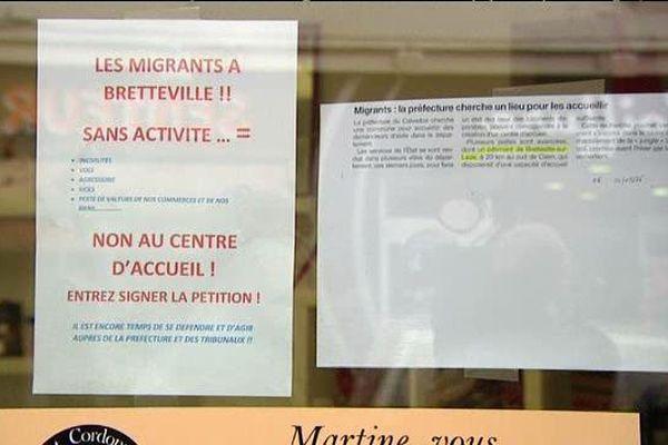 L'affichette apposée sur les vitrines des commerces assimile laisse entendre que l'arrivée des migrants engendrera des incivilités et des actes criminels. l'ancien maire va porter plainte pour incitation à la haine raciale.