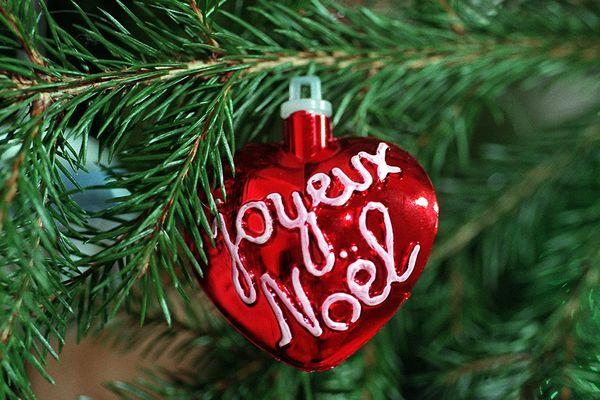"""Une boule """"Joyeux Noël"""" dans un sapin - Photo d'illustration"""