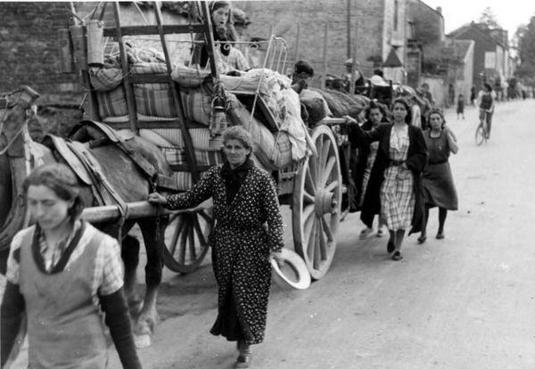 Des réfugiés photographiés par les Allemands à Dainville, près d'Arras, en mai 1940.