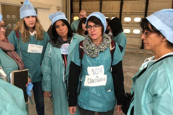 Anne-Laure Renault, au centre, discute avec les infirmières du service