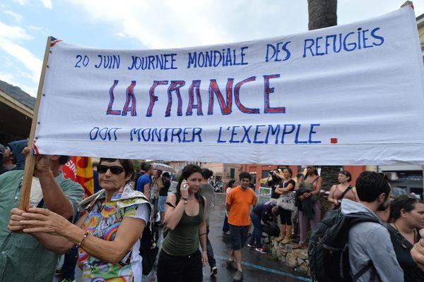 A Vintimille, située à 8 km de la frontière, des manifestants italiens, rejoints par des militants français, ont organisé une manifestation de soutien à la gare, où de nombreux migrants sont bloqués.