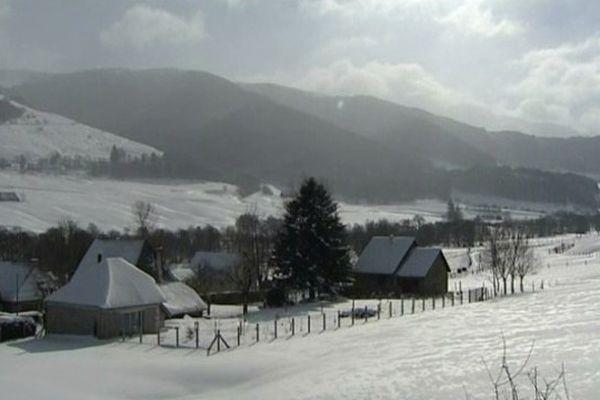 La magie des domaines nordiques du Cantal sous la neige