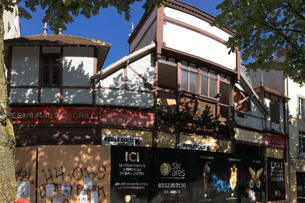 Le bâtiment datait de 1872 et avait abrité différents commerces depuis.