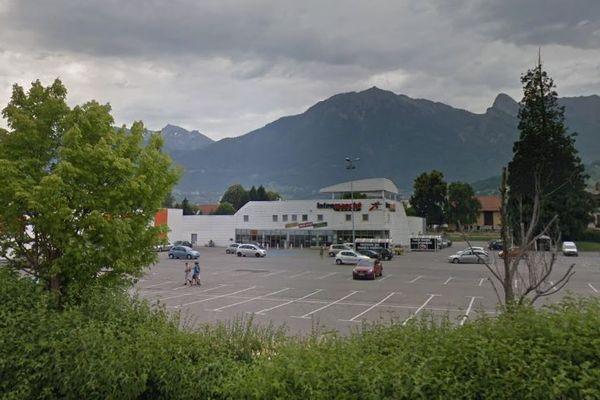 Photo d'illustration du parking du magasin Intermarché à Albertville.