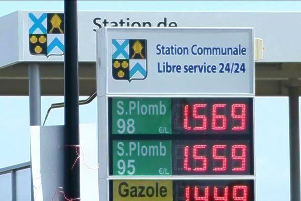 Face à la fermeture des stations essence dans les campagnes, les élus locaux prennent des initiatives pour sauver ce service. Illustration ici à la station communale de Bourth dans l'Eure.