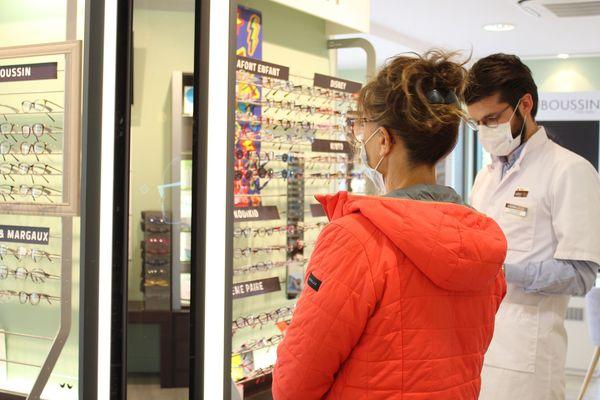 Métier de contact, l'opticien doit exercer depuis le déconfinement en limitant ses contacts. Exemple chez un opticien de Couzeix en Haute-Vienne