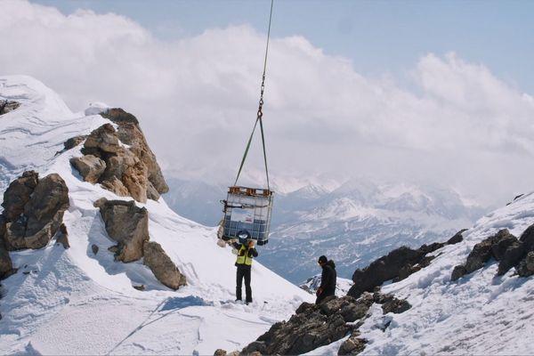 Le fût de bière a été héliporté au sommet du col du Galibier.