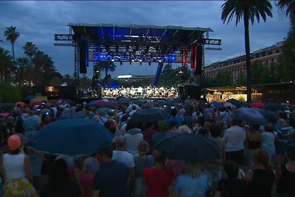 La foule réunie, malgré la pluie, au jardin Albert Ier pour le concert de l'orchestre philharmonique de Nice.