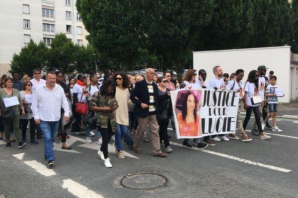Marche blanche dans le quartier gare d'Orléans en mémoire de Lucie. La jeune femme a été poignardée devant chez elle le 26 mai dernier. Elle était mère de 3 enfants.  2 juin 2018