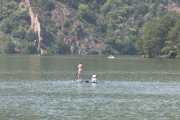 La baignade est interdite jusqu'à nouvel ordre, les activités nautiques sont en revanche maintenues à Saint-Victor-sur-Loire. Août 2020.