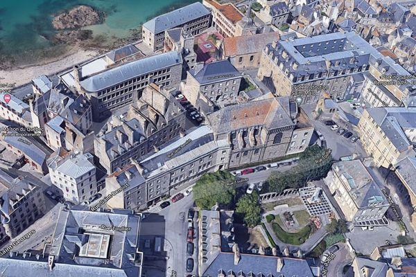 Au centre de cette vue aérienne, l'ancien tribunal situé 1 place Aaron dans la ville close de Saint-Malo. Les 1853 m2 ont été vendus par le conseil départemental ce mardi 8 avril 2021.