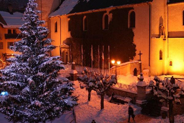 2011/2012, la place du village de Megève avec son sapin décoré par Swarovski