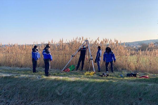 Les gendarmes travaillent ce mercredi matin sur le lieu de la découverte du corps à Vinassan. Des plongeurs vont notamment inspecter le trou d'eau.
