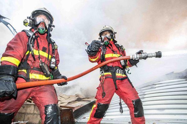 Une centaine de sapeurs-pompiers de la Brigade ont été mobilisés pour mettre fin à l'incendie.