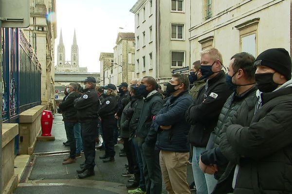 60 à 80 policiers ont manifesté devant le commissariat de Niort et devant la préfecture des Deux-Sèvres