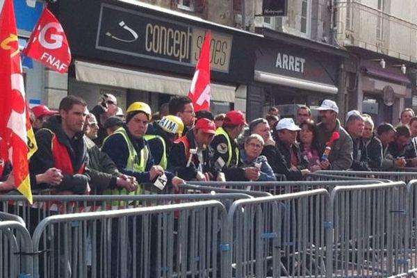 Les salariés d'AIM rassemblés devant le Tribunal de Coutances depuis la fin de la matinée.