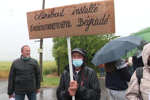 Un manifestant, mercredi, à Saint-Georges-sur-l'Aa, contre l'implantation de l'usine Clarebout.