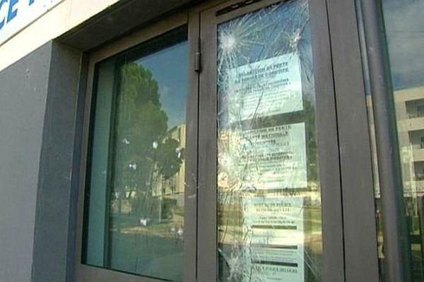 Béziers (Hérault) - le commissariat de police de la Devèze victime de caillassage - 13 mars 2015.