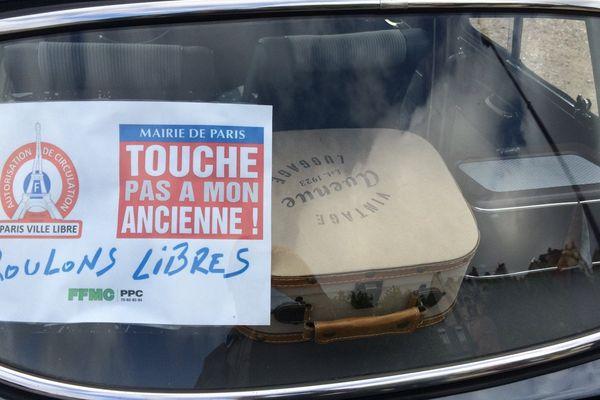 Que vont devenir les voitures anciennes dans Paris à partir du 1er juillet ? Leurs propriétaires ont manifesté le dimanche 26 juin.