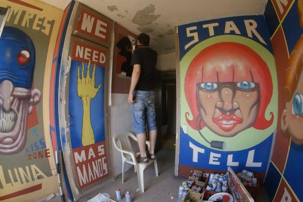 L'artiste Simon Vasquez au travail.