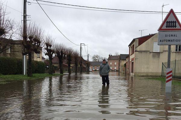 Depuis plus d'un mois, l'Oise a envahi les rues d'Appilly. L'eau pourrait atteindre plus de 70 cm d'ici mercredi.