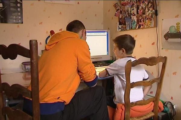 Marc enseigne à ses quatre enfants