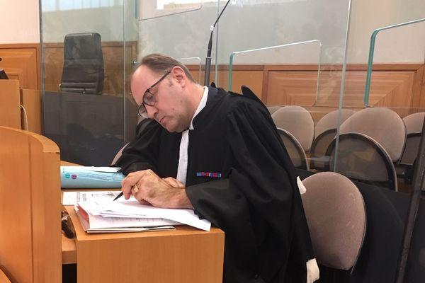 Maître Lionel Béthune de Moro, avocat de la Directrice de l'école du Sacré-Cœur, doit convaincre le tribunal que sa cliente ne pouvait pas se douter de l'attitude du garçonnet