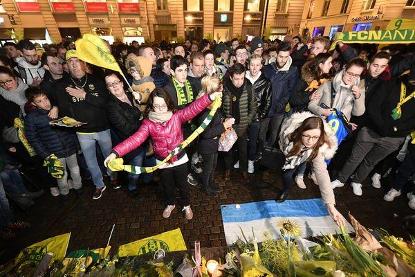 Plusieurs centaines de supporters du FC Nantes ont rendu hommage à Emiliano Sala place Royale à Nantes, mardi soir.