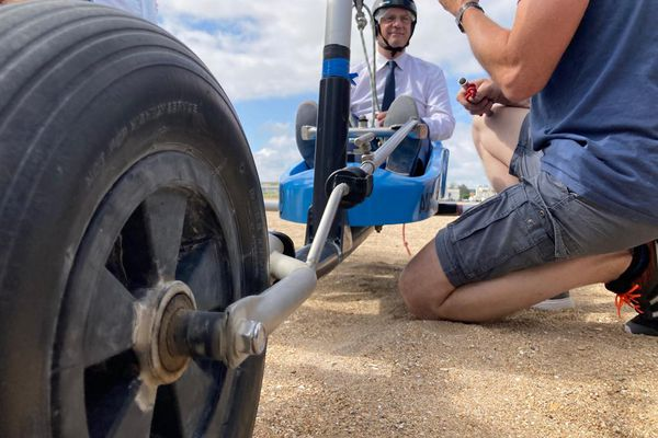 Le ministre de l'éducation nationale, Jena-Michel Blanquer n'a pas pu résister à l'appel du ballon sur la plage de Ouistreham ( 14)