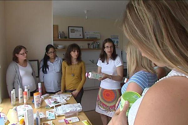 Cet atelier permet aux femmes enceintes de mieux lire la composition de leurs cosmétiques et ainsi trouver ceux qui contiendraient des perturbateurs endocriniens