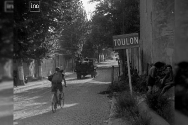 Un panneau à l'entrée de la ville de Toulon en 1944.