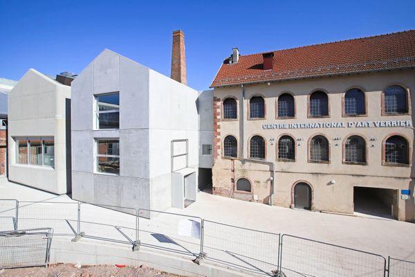 Le site verrier de Meisenthal composé par le bâtiment d'origine et les nouveaux ateliers inaugurés en 2019.