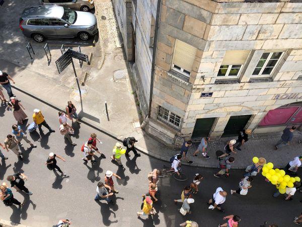 80 personnes environ ont défilé dans les rues de Besançon ce 14 juillet 2020.