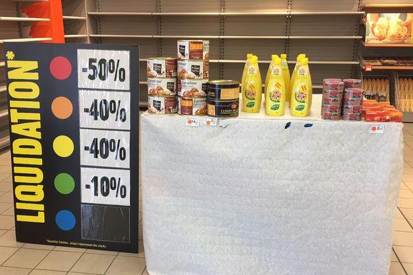 Dans les rayons des Carrefour Contact qui ferment demain, des étals vides.