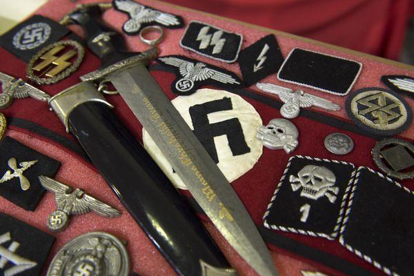Médailles et fanions avec croix gammées, drapeau de la Milice,... une vente aux enchères d'objets nazis prévue à Blois (Loir-et-Cher) le 16 janvier a été annulée