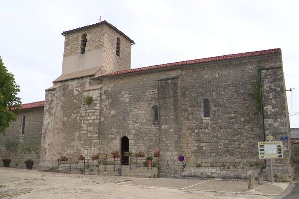Le clocher de la petite église de Luxé en Charente a besoin de travaux d'étanchéité