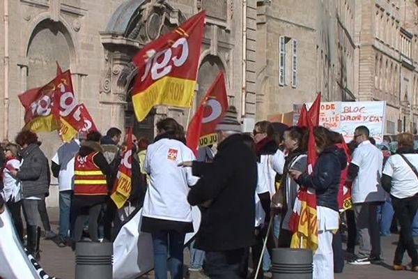 Les grévistes devant l'hôpital de la Timone à Marseille.